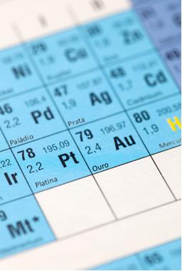 Os metais prata, paládio, platina e ouro são os menos reativos e, por isso, são considerados nobres