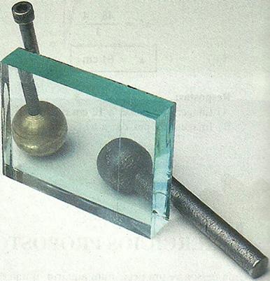 A lâmina é a associação de dois dioptros planos paralelos: ar/vidro e vidro/ar.