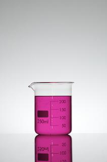 A fenolftaleína é um indicador ácido-base sintético que fica rosa em meio básico