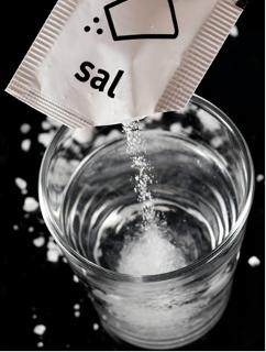 É possível determinar a concentração de sal em uma amostra de água