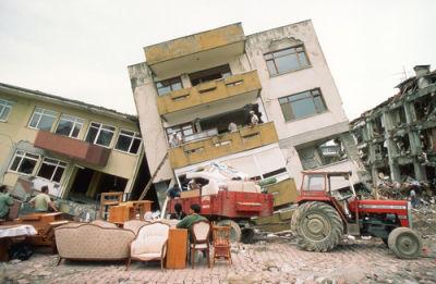 Danos causados pela ocorrência de um Terremoto em Yalova, na Turquia *