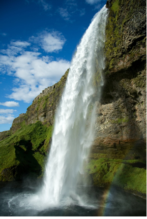 A queda d'água em uma cachoeira é um processo natural e espontâneo, no qual a entropia aumenta
