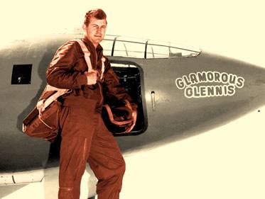 """Charles Yeager posando ao lado de """"Glamorous Glennis"""", apelido carinhoso dado ao Bell X-1."""