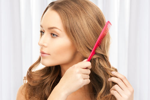 De acordo com a série triboelétrica, no atrito entre cabelo e plástico, o cabelo fica positivo, e o plástico, negativo