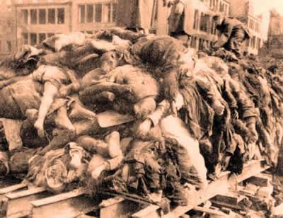 Uma pilha de corpos alemães feita após um ataque realizado contra a cidade de Dresden, em 1945.