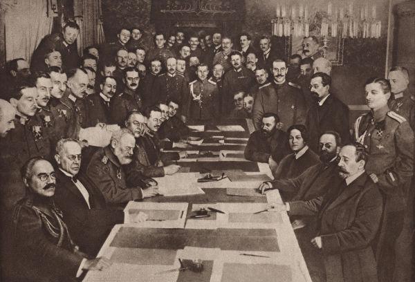 Delegações que participaram das negociações que resultaram na ratificação do Tratado de Brest-Litovsk em 1918.*