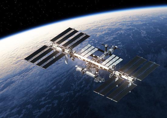 Dentro da Estação Espacial Internacional, os astronautas flutuam por causa da imponderabilidade