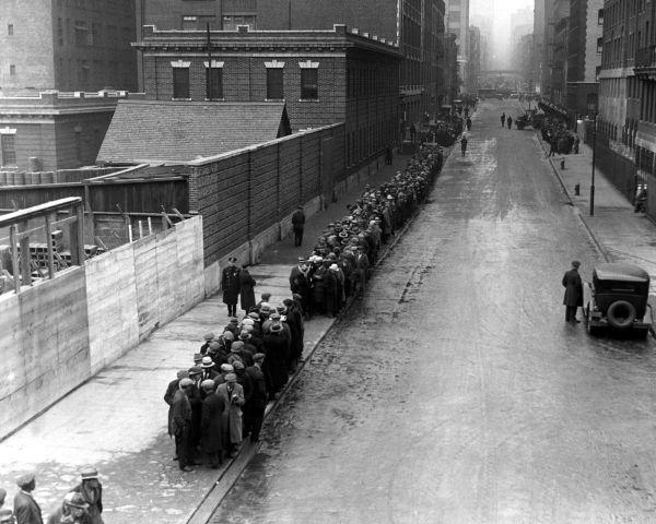 Desempregados em uma fila à espera de receber alimento em Nova Iorque, em 1930