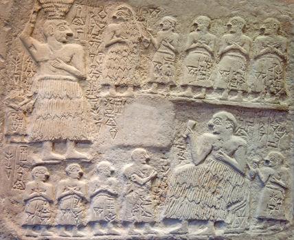 Desenho sumério esculpido em uma placa de pedra e chamado de Votiva de Ur-Nanshe