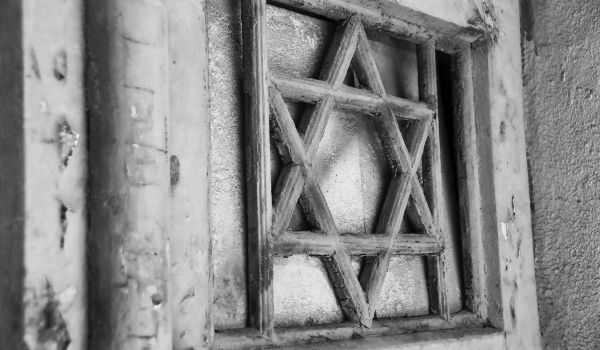 Detalhe de uma porta com a Estrela de Davi, símbolo associado aos judeus.