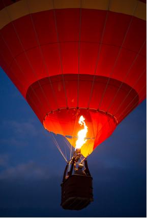 Os balões sobem porque com o aumento da temperatura do ar sua densidade diminui