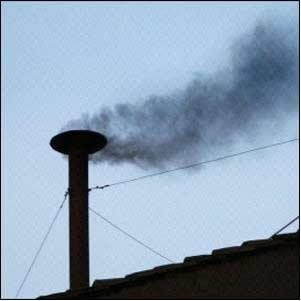 """Os gases lançados pelas chaminés difundem-se e """"perdem-se"""" no ar atmosférico, porque o volume do ar é muito maior que o da fumaça."""