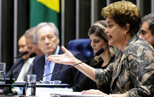 Dilma Rousseff, em primeiro plano, no julgamento do impeachment *