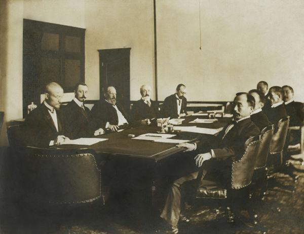 Diplomatas japoneses e russos reunidos durante as negociações que levaram ao Tratado de Portsmouth*