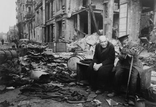 Dois cidadãos berlinenses sentados em meio à destruição da capital alemã, em maio de 1945, após a rendição nazista