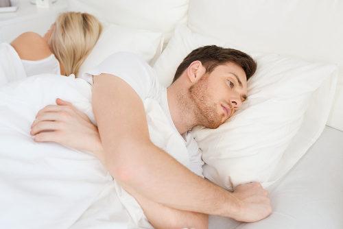 Dormir de barriga cheia pode causar desconforto e levar a uma noite mal dormida