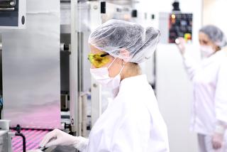 As reações de substituição com haletos orgânicos, em razão do seu alto custo, restringem-se à fabricação de produtos de preço elevado, como medicament