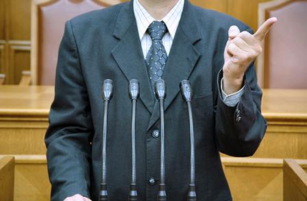 Cabe ao prefeito não apenas sancionar as leis aprovadas em votação pela câmara, mas também vetar e elaborar propostas de leis quando achar necessário.
