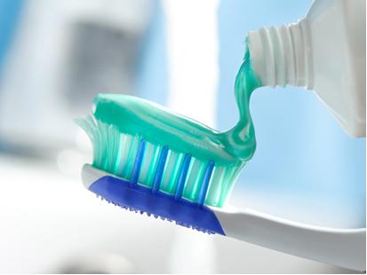 É importante os alunos se conscientizarem de realizar a higiene bucal por escovação com creme dental pelo menos três vezes ao dia e usando fio dental