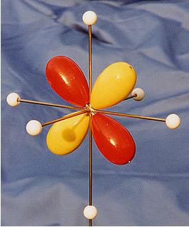 Dois orbitais p do carbono realizam a hibridização do tipo sp2 e fazem ligações sigma, enquanto que o outro orbital p faz uma ligação pi