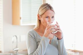 Quando se ingere grande quantidade de água num curto período pode ocorrer um desequilíbrio no organismo