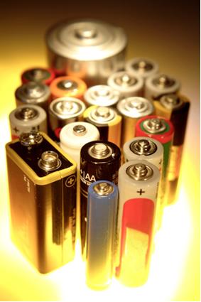 Imagem de pilhas, entre as quais a maioria é pilhas secas de Leclanché