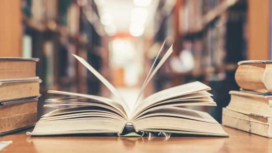 A educação é um direito de todos e visa ao pleno desenvolvimento humano por meio do processo de ensino-aprendizagem.