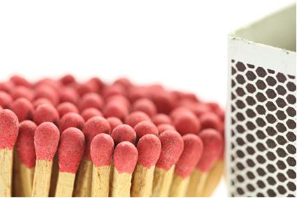 No Brasil e em muitos países, o fósforo vermelho se encontra na parte áspera da superfície da caixa e não na cabeça do palito