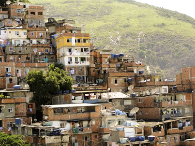 As favelas são redutos de precariedade e desigualdade social.