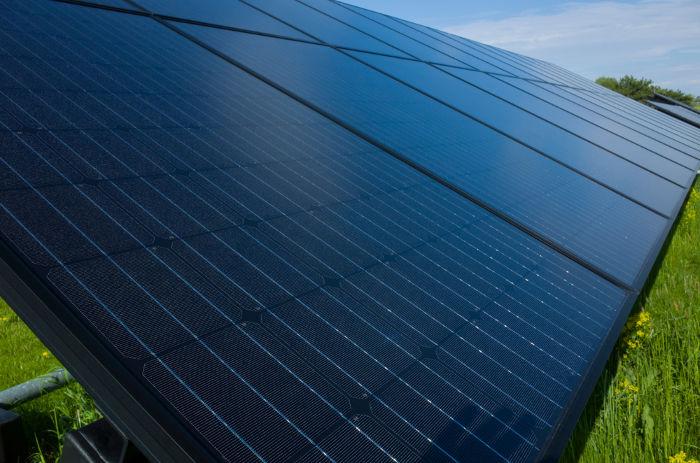 As placas solares produzem energia elétrica por meio do efeito fotoelétrico.