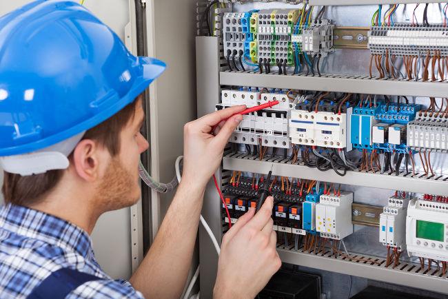 Elementos como geradores e receptores são ligados por fios condutores, formando circuitos elétricos.