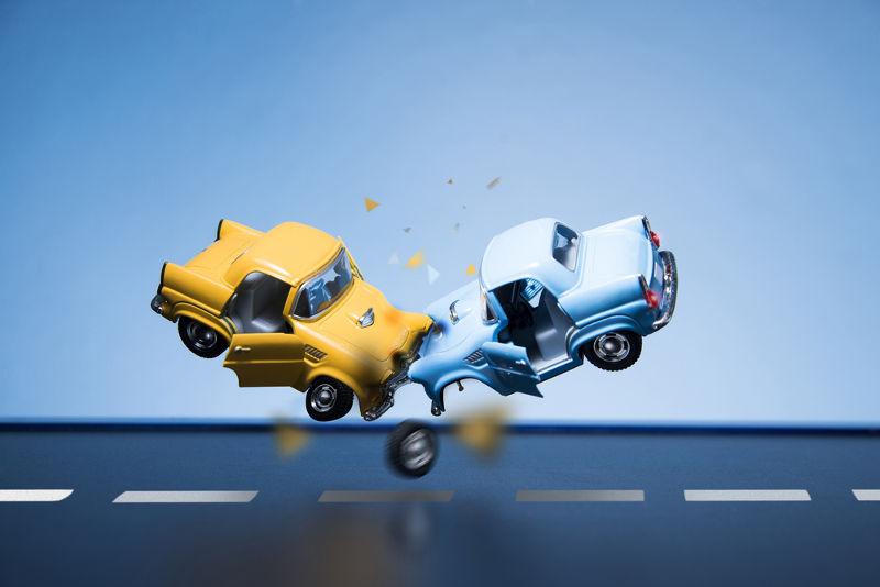 Em caso de colisão frontal, a velocidade relativa será a soma das velocidades de cada um dos móveis