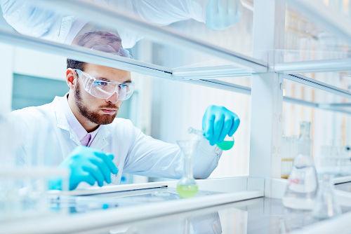 Em laboratório, é comum a prática de se misturar substâncias puras