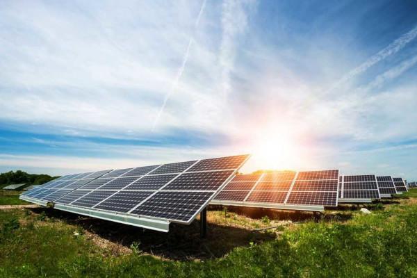 A energia solar é uma fonte renovável utilizada para gerar energia por meio de painéis fotovoltaicos.
