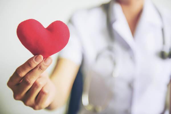 A enfermagem é uma profissão que visa promover a saúde da população.