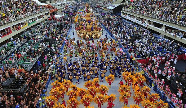 As escolas de samba do Rio de Janeiro são famosas no mundo todo.*