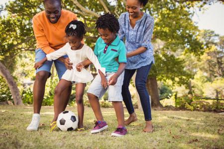 Especialistas aconselham que os pais incentivem seus filhos a praticar algum esporte