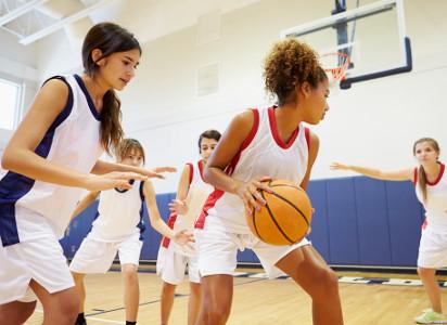 Esportes coletivos são os mais indicados para adolescentes e jovens