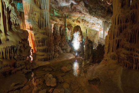 Estalactites e estalagmites formam-se nas grutas em decorrência da constante do produto de solubilidade