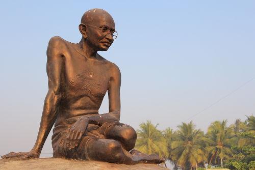 Estátua construída em homenagem a Mahatma Gandhi em Malpe, no sul da Índia*