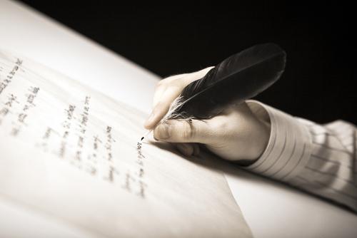 Estrofe é o conjunto de dois ou mais versos que compõem os gêneros discursivos poéticos.