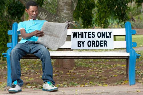 """Exemplo de segregação racial. A placa diz: """"Apenas brancos. Pela ordem"""""""
