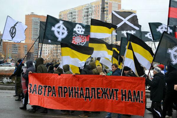 Existem grupos neonazistas atuando em todas as partes do mundo. Na imagem temos um grupo neonazista da Rússia.*