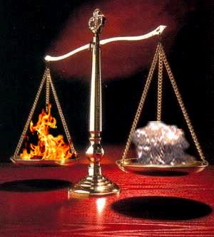Ao se queimar um papel ou uma palha de aço em uma balança de pratos, é possível visualizar o ganho ou a perda de massa que ocorre na combustão
