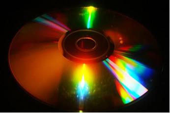 Esta experiência usa objetos simples, como um CD, para explicar o fenômeno de decomposição da luz em seu espectro