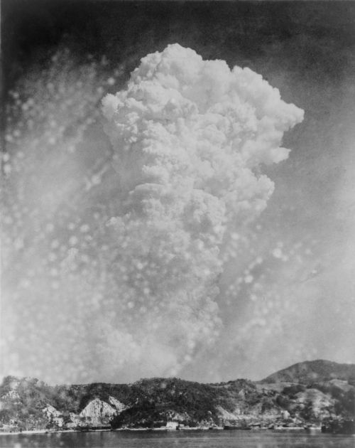 Explosão da bomba em Hiroshima vista da cidade de Kure no dia 6 de agosto de 1945