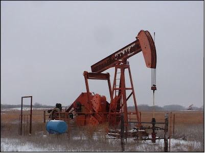 """Extração de petróleo por meio de """"cavalo de pau"""""""