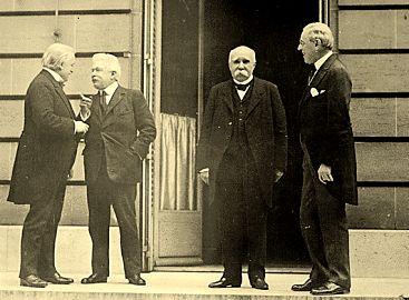 Lloyd George (ENG), Vittorio Orlando (ITA), Georges Clemenceau (FRA) e Woodrow Wilson (EUA) reunidos para o Tratado de Versalhes.