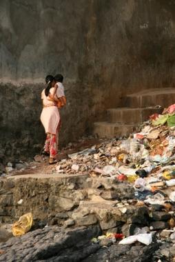 Imagem que retrata lixo e probreza em Bombaim, na Índia