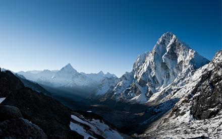 A cordilheira do Himalaia, onde estão algumas das montanhas mais altas do mundo, faz parte de uma porção montanhosa que fica ao norte da Índia